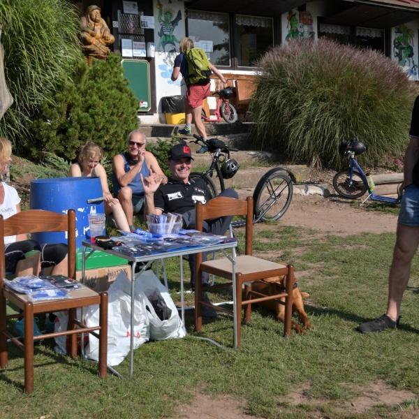 Richad Štěpánek sedící, ukazující divné gesto, vpravo Jindra Prchlík stojící, letos druhý koloběžkář na 1000 Miles Adventure