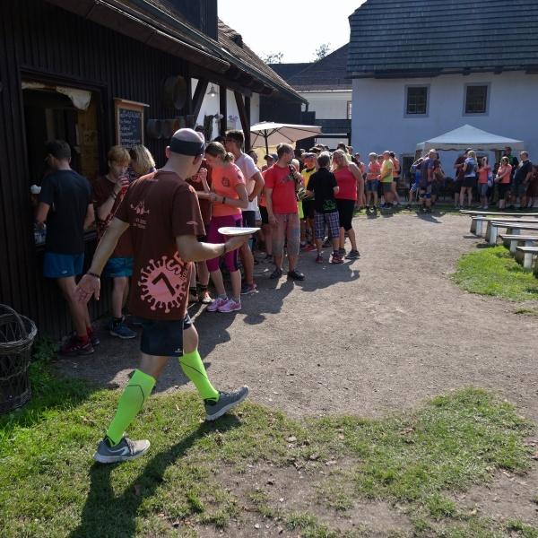 Občerstvení ve mlýně v Babiččině údolí bylo vykoupené tradiční dlouhou frontou