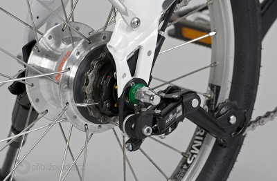 To, co na první pohled vypadá jako přehazovačka, je ve skutečnosti napínák řetězu – designově jednoznačně nejodfláknutější komponenta na tomto kole