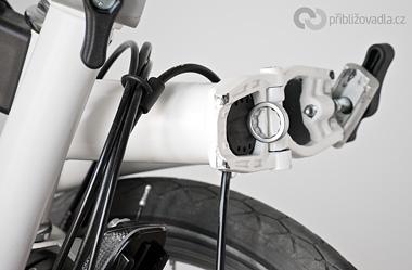 Zasunuté nářadí je v rámu uchycené natěsno pomocí gumové obruby. Proto za jízdy nehrká, necinká ani nevibruje