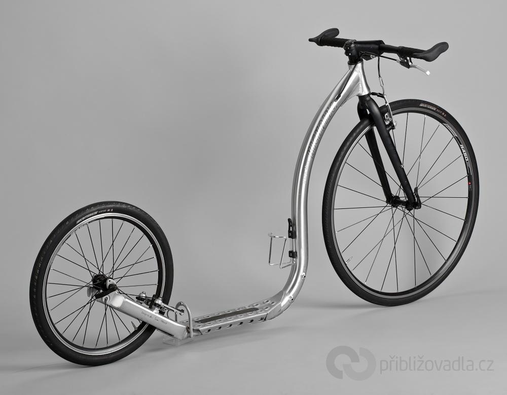 Velké koloběžky s hliníkovým rámem mohou být – a obvykle také jsou – lehčí nežli menší stroje s ocelovým rámem. Kickbike Race Max 20