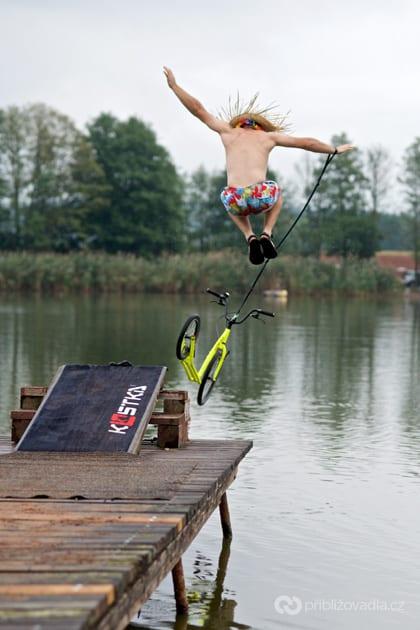 Už jste někdy skákali do vody i s koloběžkou? Na Srazu koloběžkářů si to můžete vyzkoušet