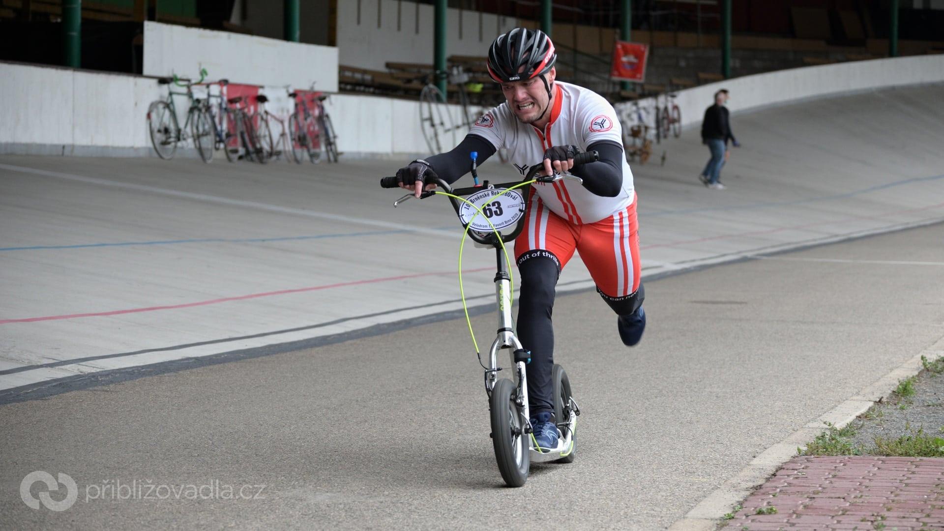 Jarda Hájek na Yedoo Friday předělaném na 12palcová kola do toho dával všechno. Nakonec z toho ale bylo 5. místo