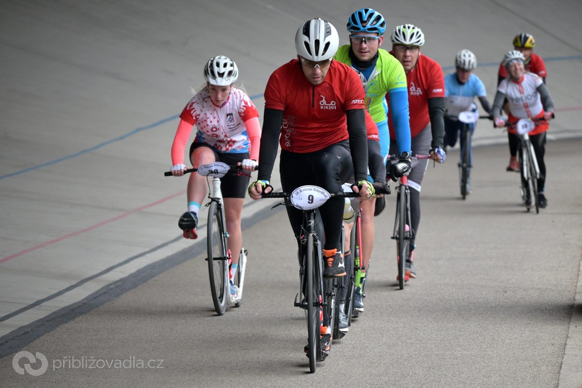 Ladislav Mandelík (9 | BKG) vede skupinu stíhající Romana Matyáše v závodu B21. Vlevo první žena Andrea Zbožková (38 | Lipník Dragons)