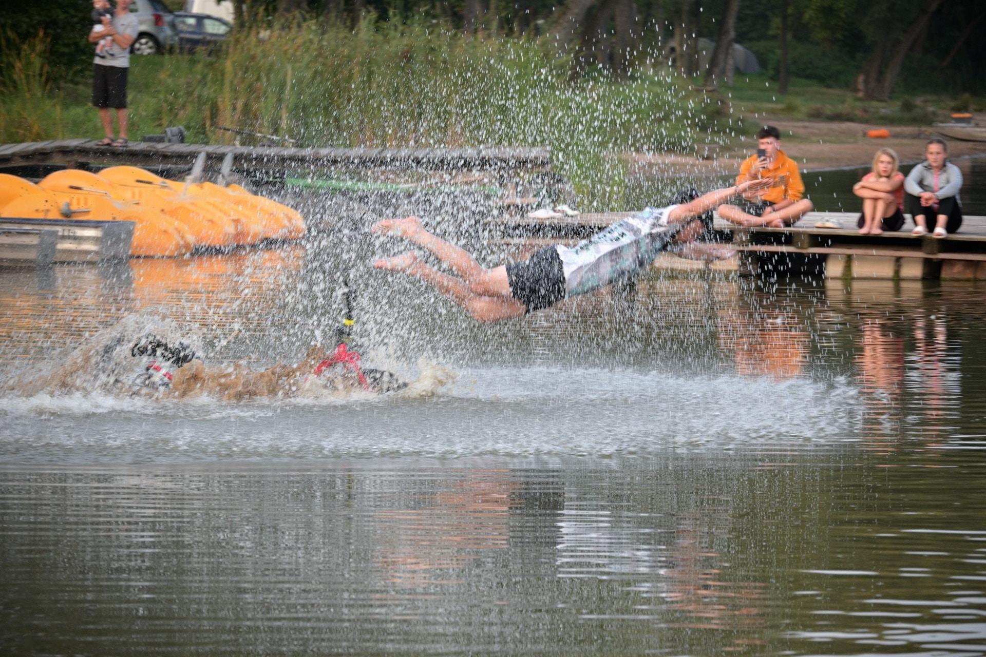 Vjezdy do vody v minulém ročníku často předčily dřívější skoky